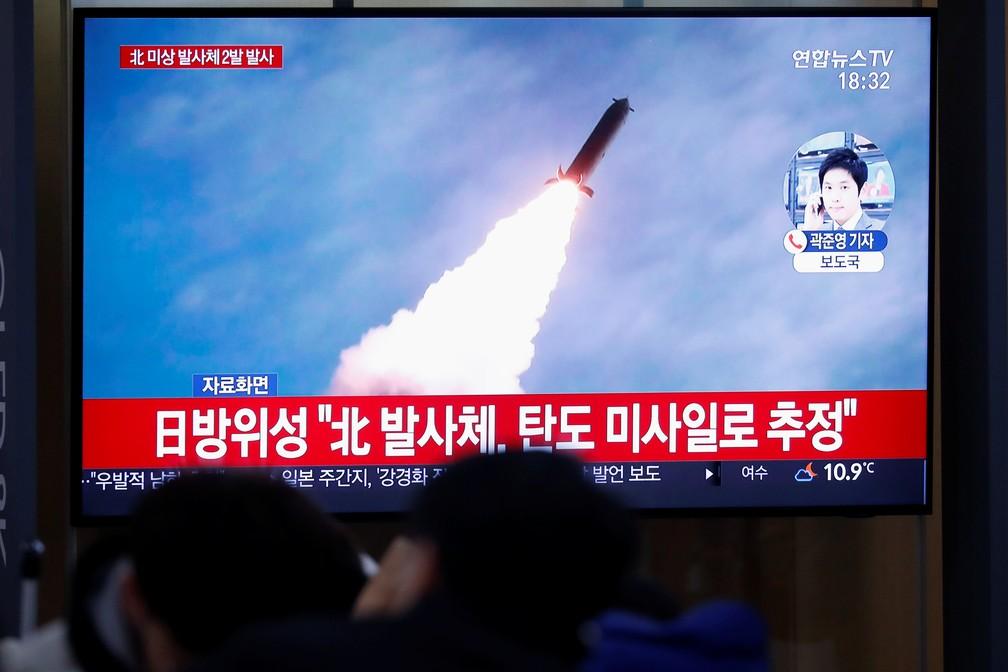 TV sul-coreana exibe disparo feito pela Coreia do Norte na quinta-feira (28) — Foto: Kim Hong-Ji/Reuters