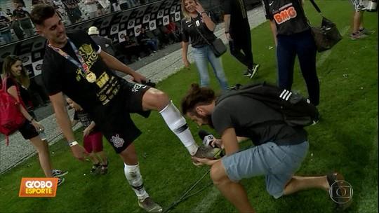 Bastidores: Cartolouco faz a festa com a torcida e os jogadores do Corinthians na Arena