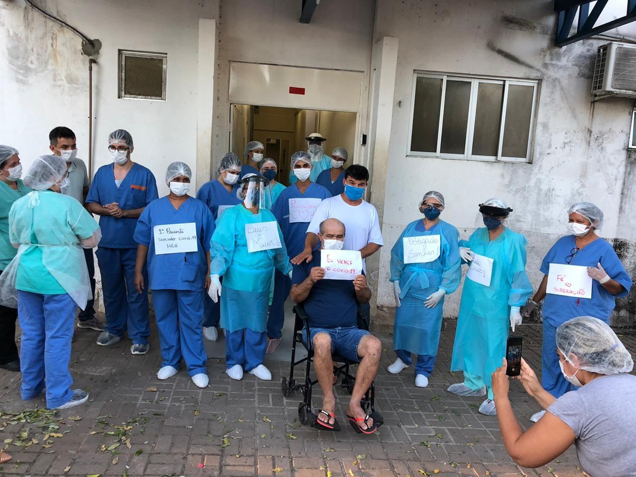 Paciente com Covid-19 que chegou a ficar entubado recebe alta e comemora: 'Eu venci'