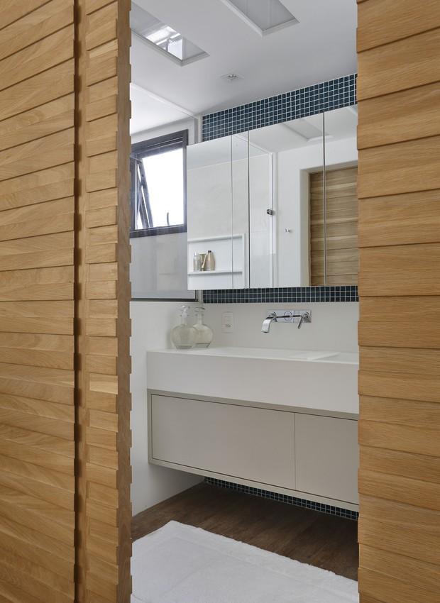 Portas de correr dão acesso ao banheiro da suíte (Foto: Denilson Machado/ MCA Estúdio/Divulgação)