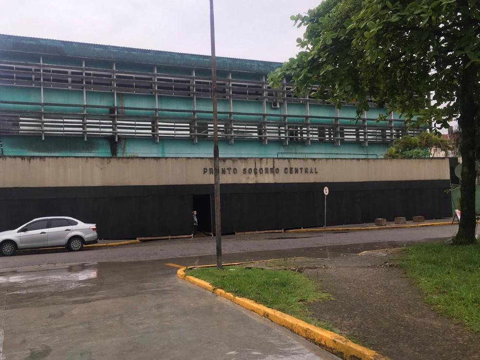 Prédio do Pronto Socorro Central está fechado com tapume de madeira em Santos, SP — Foto: Solange Freitas/G1