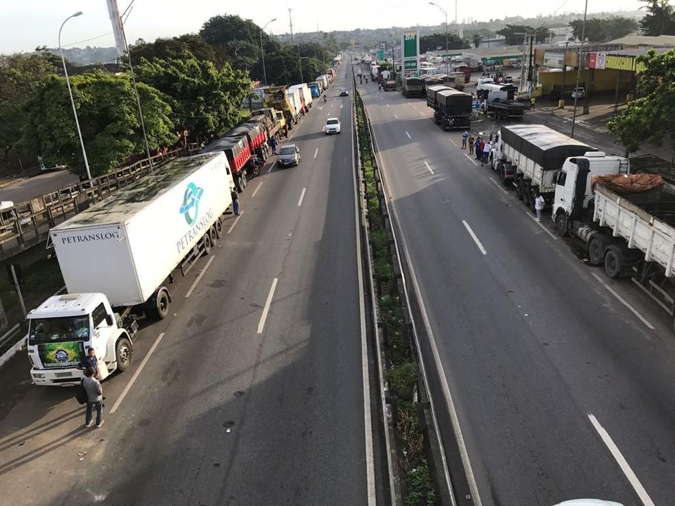 Paralisação dos caminhoneiros, na BR-101, em João Pessoa, em maio do ano passado — Foto: Walter Paparazzo/G1