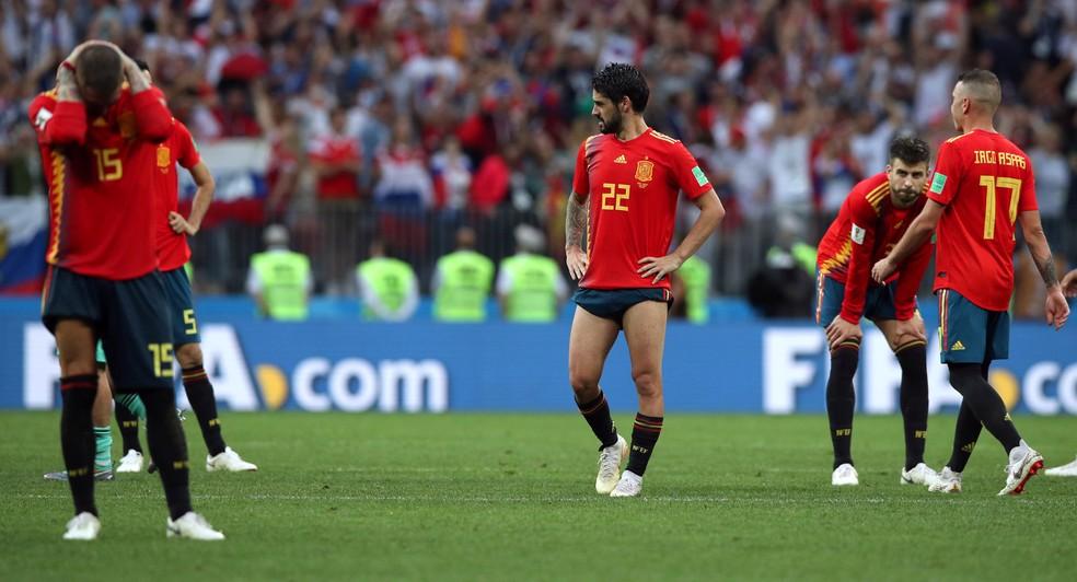 Jogadores da Espanha desolados após eliminação da Copa (Foto   REUTERS Albert Gea) 1be0e6e45878e