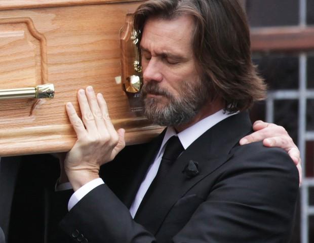 Jim Carey durante o funeral da ex (Foto: Getty Images)