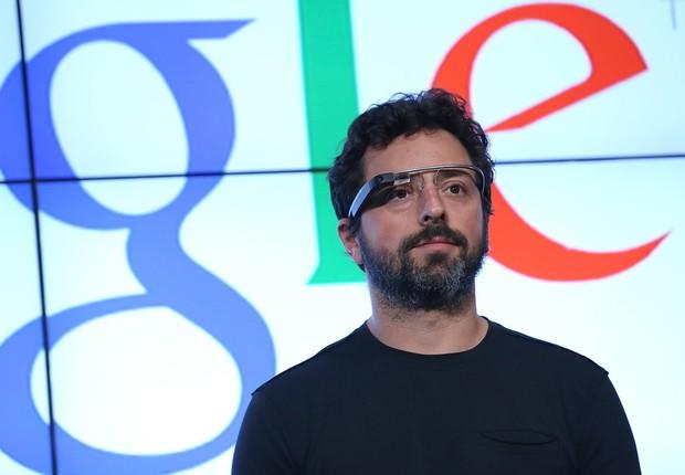 Sergey Brin usa o Google Glass durante uma apresentação da companhia (Foto: Getty Images)