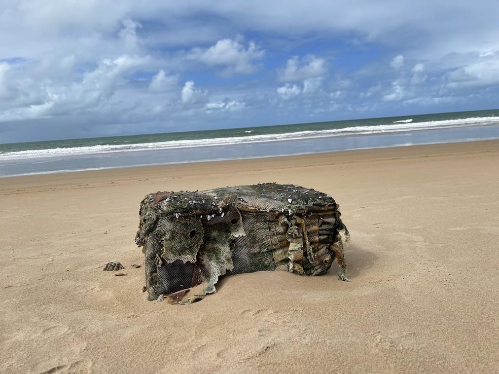 Fardos de borracha voltaram a aparecer nas praias de Coruripe, em Alagoas — Foto: @deivisonpedroza/arquivo pessoal