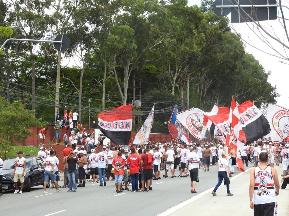Torcida do São Paulo fez escolta do ônibus do CT até o Pacaembu (Foto: Marcelo Hazan)