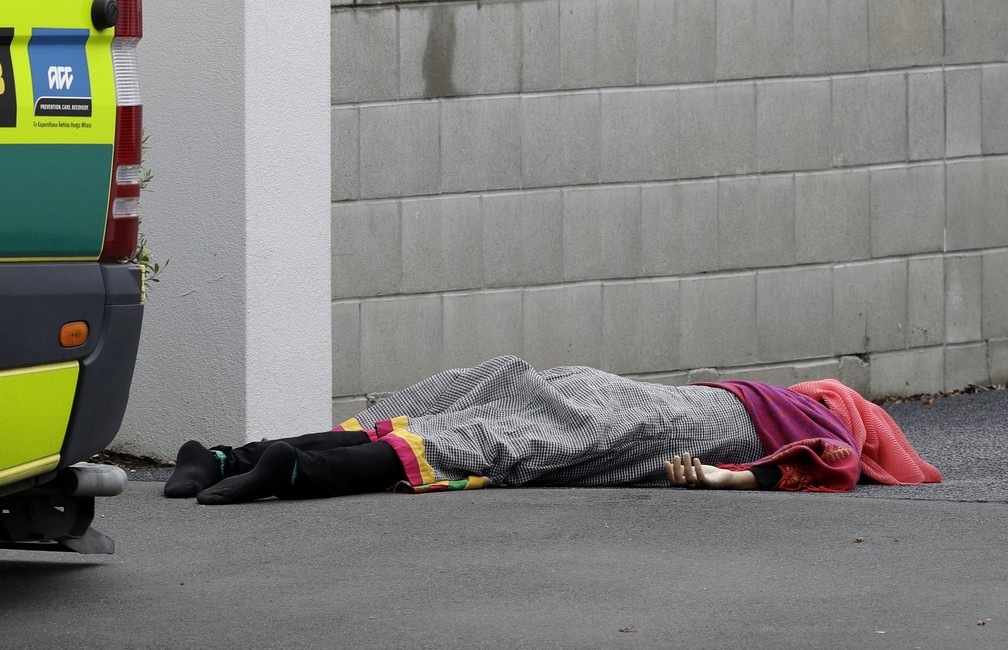Vítima de ataque a mesquitas nesta sexta-feira (15), em Christchurch, na Nova Zelândia — Foto: Mark Baker/AP