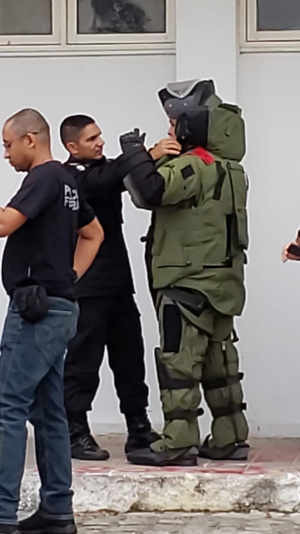 Policial usa roupas especiais para averiguar ameaça de bomba na UFRN — Foto: Pedro Paulo Cunha