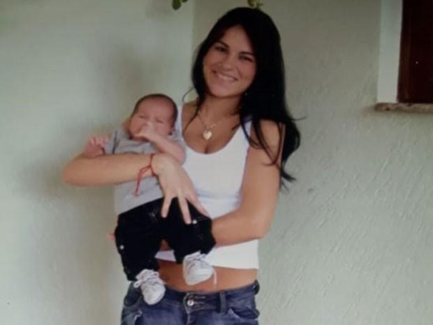 Eliza Samúdio com o pequeno Bruninho no colo, aos 2 meses (Foto: Arquivo pessoal)