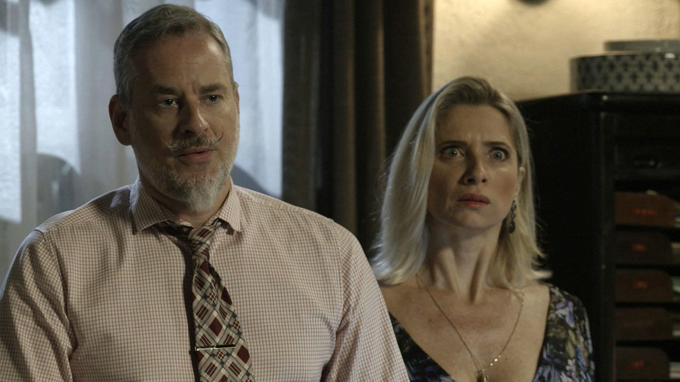 Marilda (Leticia Spiller) sai em defesa do marido — Foto: Globo