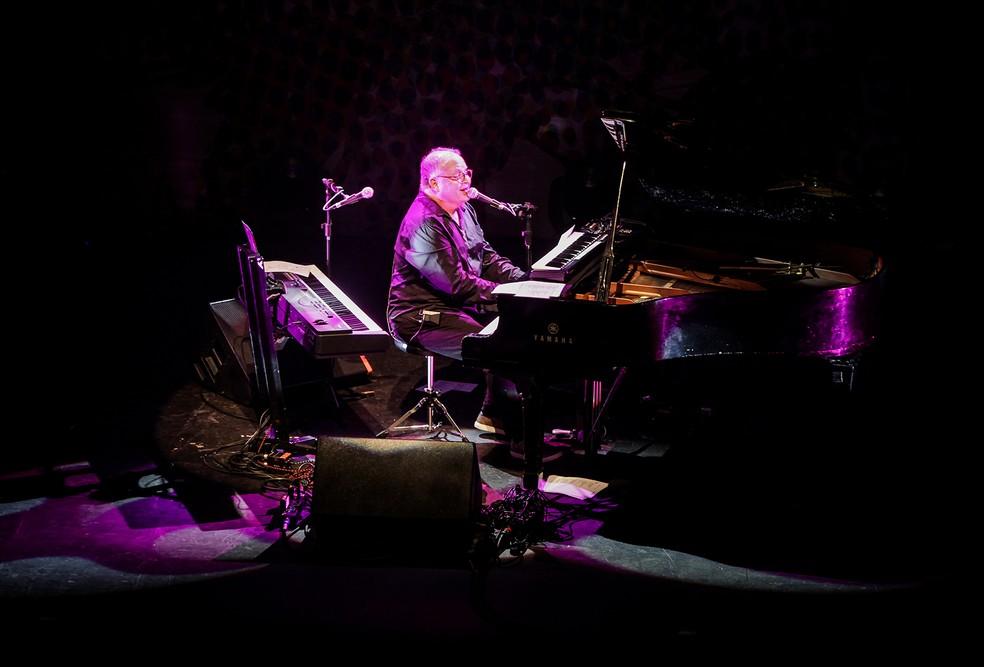 Guilherme Arantes tocou dois pianos em apresentação de cerca de três horas — Foto: Divulgação Vivo Rio / Ricardo Nunes