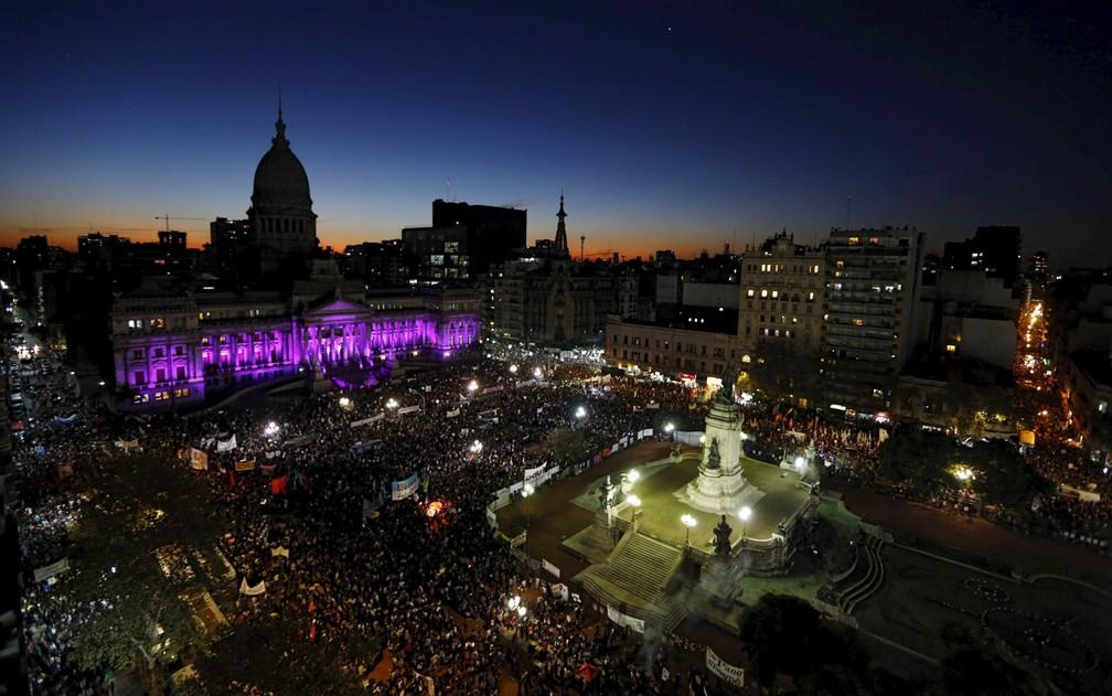 Imagem de arquivo mostra manifestantes em frente ao Congresso da Argentina, em Buenos Aires, exigindo políticas para prevenir o feminicídio no país (Foto: Marcos Brindicci/Reuters)