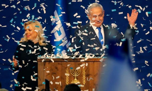 Netanyahu e a mulher, Sara, comemoram a vitória nas eleições israelenses