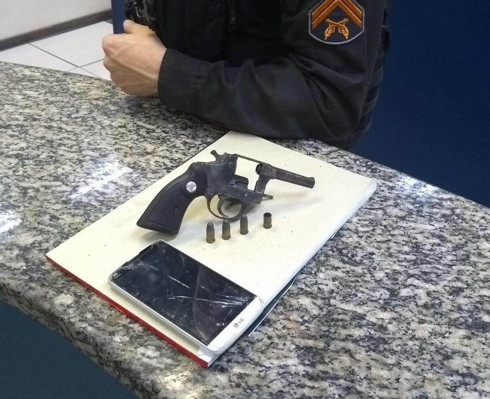Material apreendido com jovem durante troca de tiros em Barra Mansa — Foto: Polícia Militar