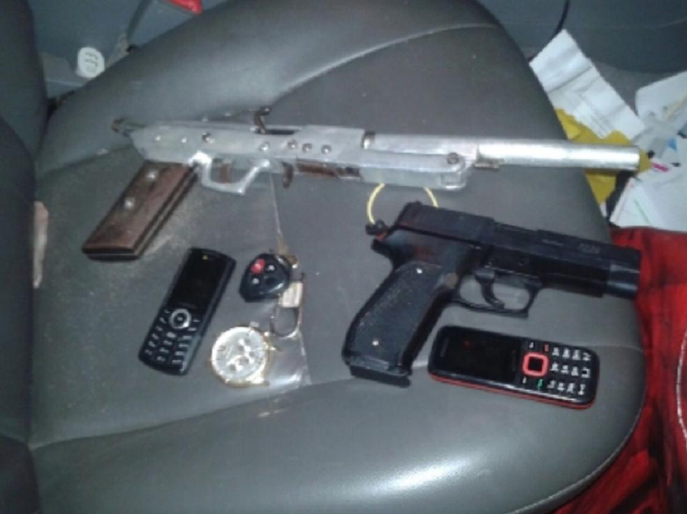 -  Os indivíduos estavam com um simulacro de pistola 380 e uma espingarda de fabricação artesanal, calibre .44.  Foto: SSPDS/Divulgação