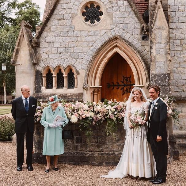 Os noivos com a rainha e o príncipe Phillip (Foto: Reprodução/Instagram)