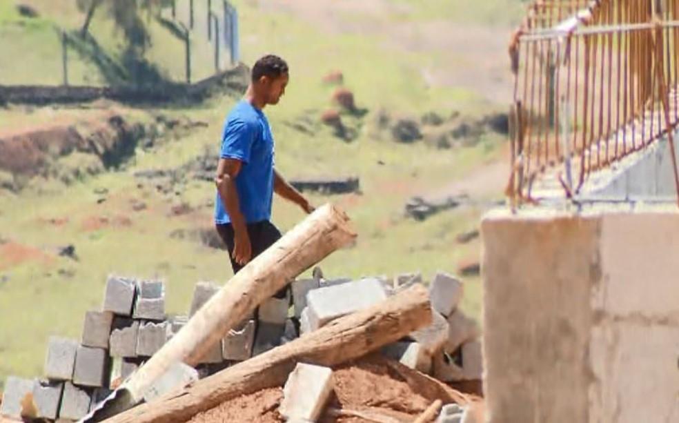 Goleiro Bruno trabalha na Apac de Varginha, onde cumpre pena — Foto: Reprodução/EPTV