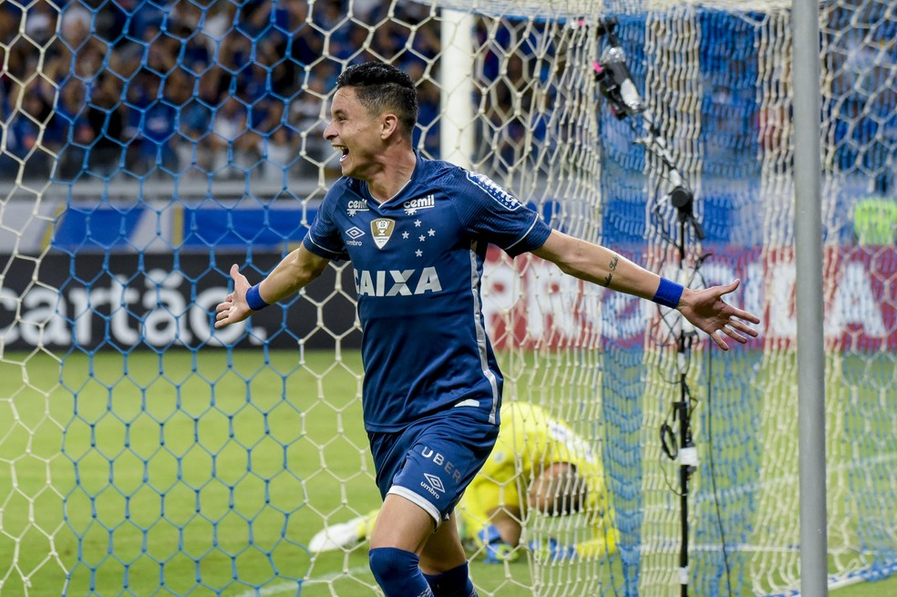 Diogo Barbosa comemora gol pelo Cruzeiro — Foto: Washington Alves/Light Press