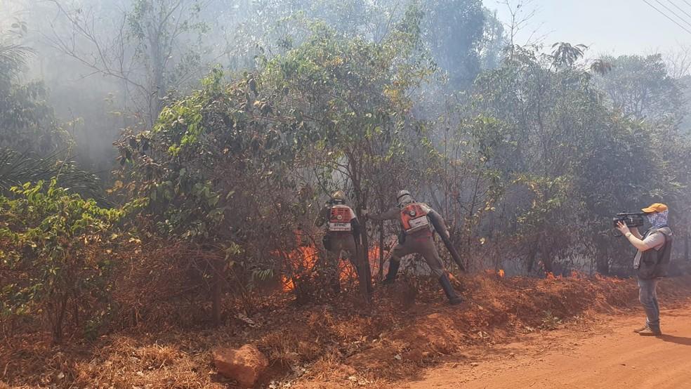 Corpo de Bombeiros tenta combater chamas há cerca de 10 dias em Chapada dos Guimarães (MT) — Foto: Lorena Segala/TVCA