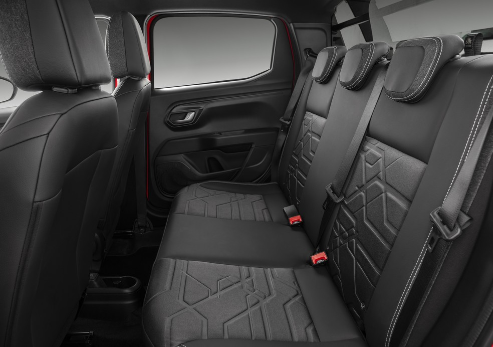 Nova geração da Fiat Strada tem mais espaço no banco traseiro — Foto: Divulgação