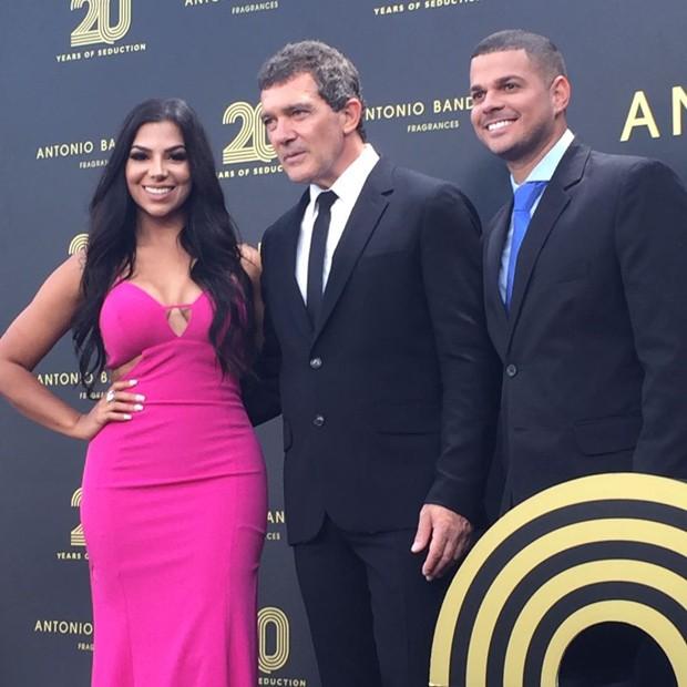 Evelyn Regly e o namorado Diego Cabral com Antonio Banderas (Foto: Raquel Pinheiro/QUEM)