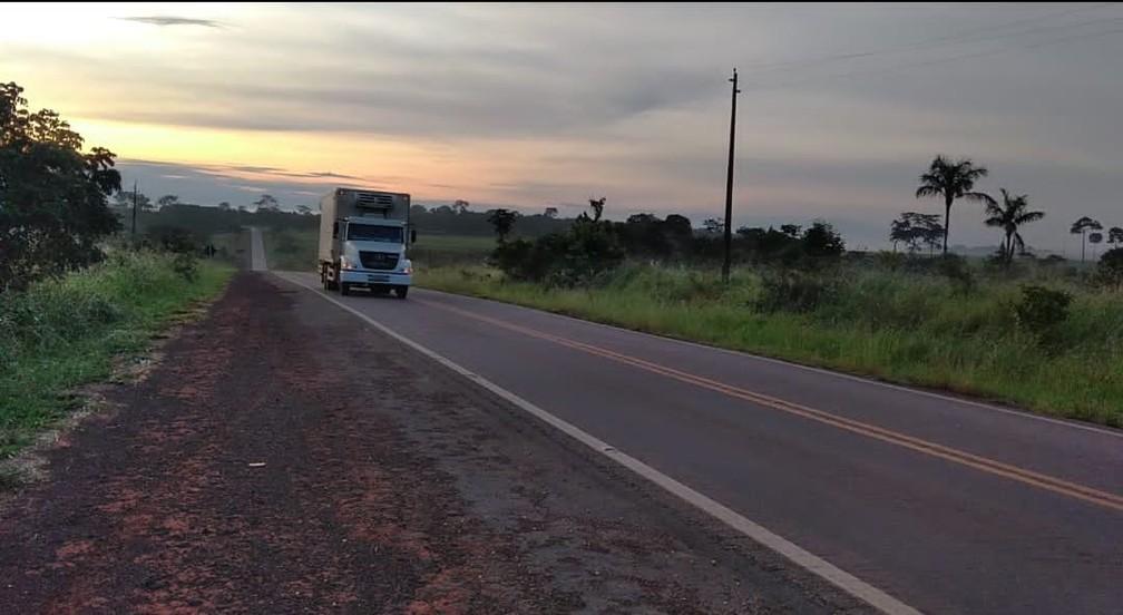 BR-317 é a principal rota para transporte de cargas para os países andinos — Foto: Aline Nascimento/G1