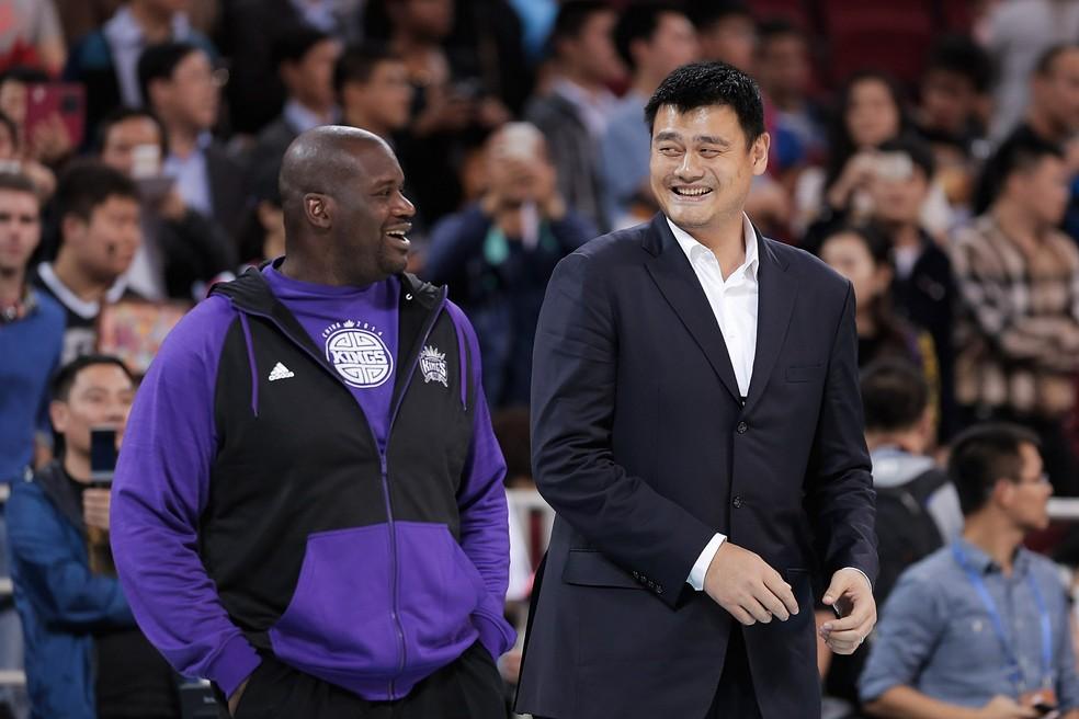 Yao Ming ao lado de Shaquille O'Neal, que tem 2,16m de altura — Foto: Getty Images