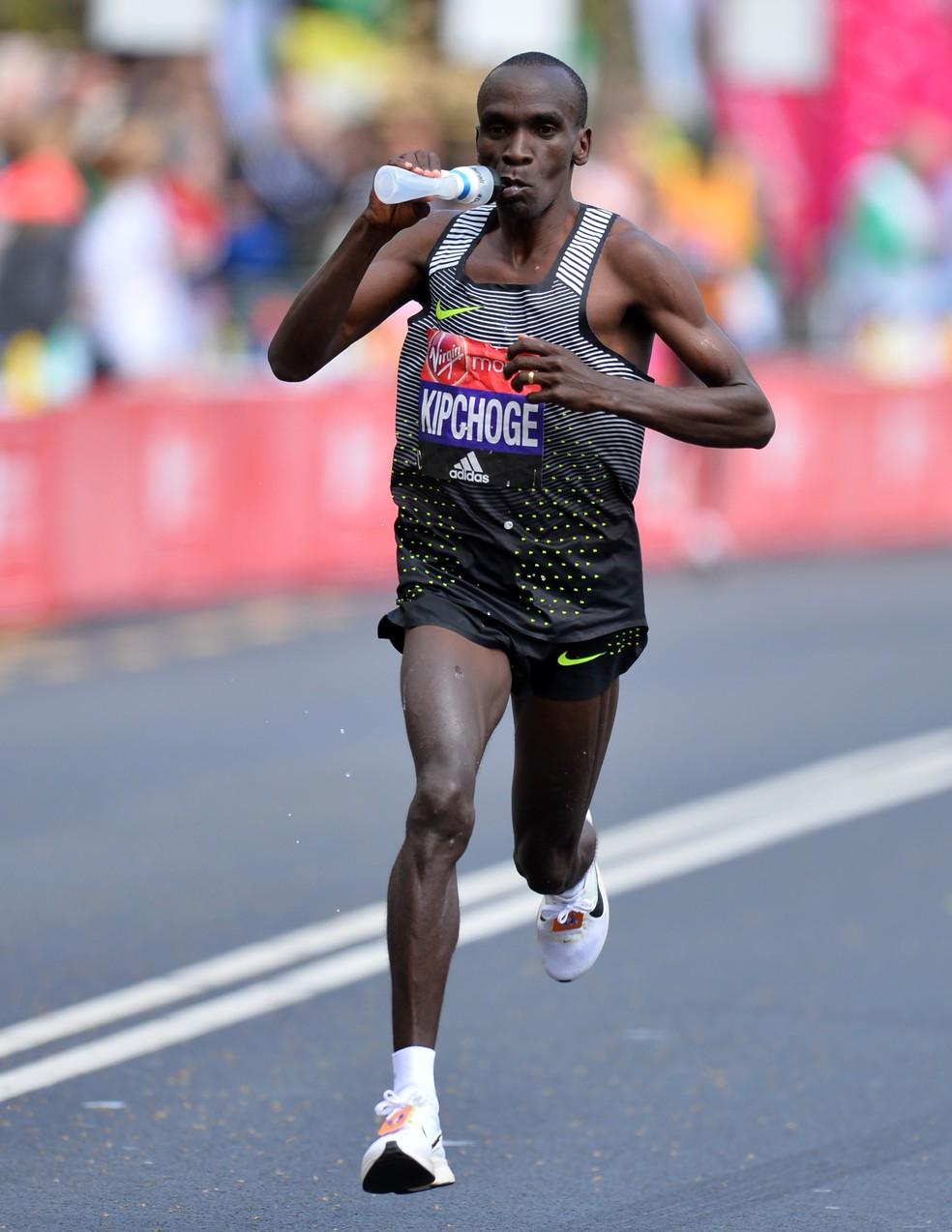 Vencedor da Maratona de Berlim, nesse domingo, Kipchoge usa isotônico para reposição em Londres 2016 (Foto: Infoesporte)