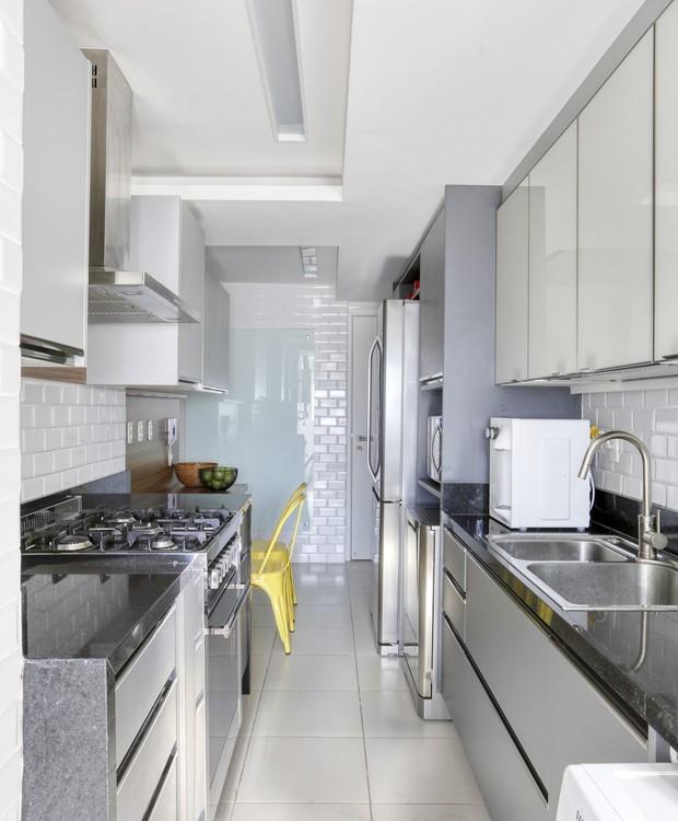 A cozinha tipo corredor é estreita, mas tem todas as funcionalidades necessárias para a rotina da família  (Foto: Denilson Machado/MCA Estúdio/Produção: Aldi Flosi)