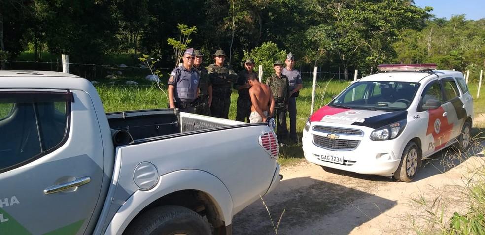 Criminoso foi preso após ser encontrado escondido em área de mata, em Registro, SP — Foto: Divulgação/PM