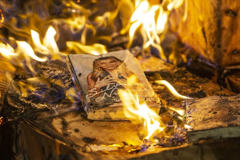 Silvana Nolasco (Ingrid Guimarães) coloca foto na sua biografia em 'Bom Sucesso' — Foto: Isabella Pinheiro/Gshow