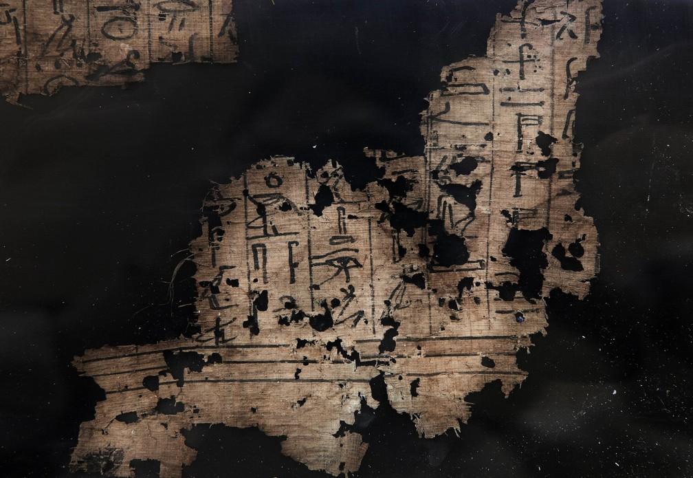 Papiro em exposição numa caixa de vidro na necrópole em Sacará. — Foto: Nariman El-Mofty/AP