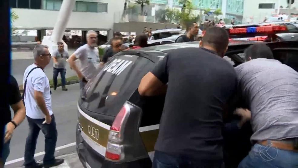 Houve confusão na viatura em Juiz de Fora; Policiais de SP não queriam entregar armas — Foto: Reprodução/TV Integração