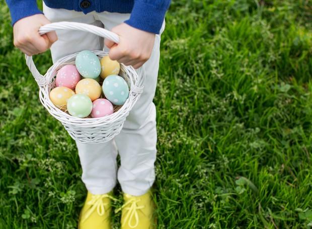 brincadeira-de-páscoa-caça-aos-ovos-cesta-criança (Foto: ThinkStock)