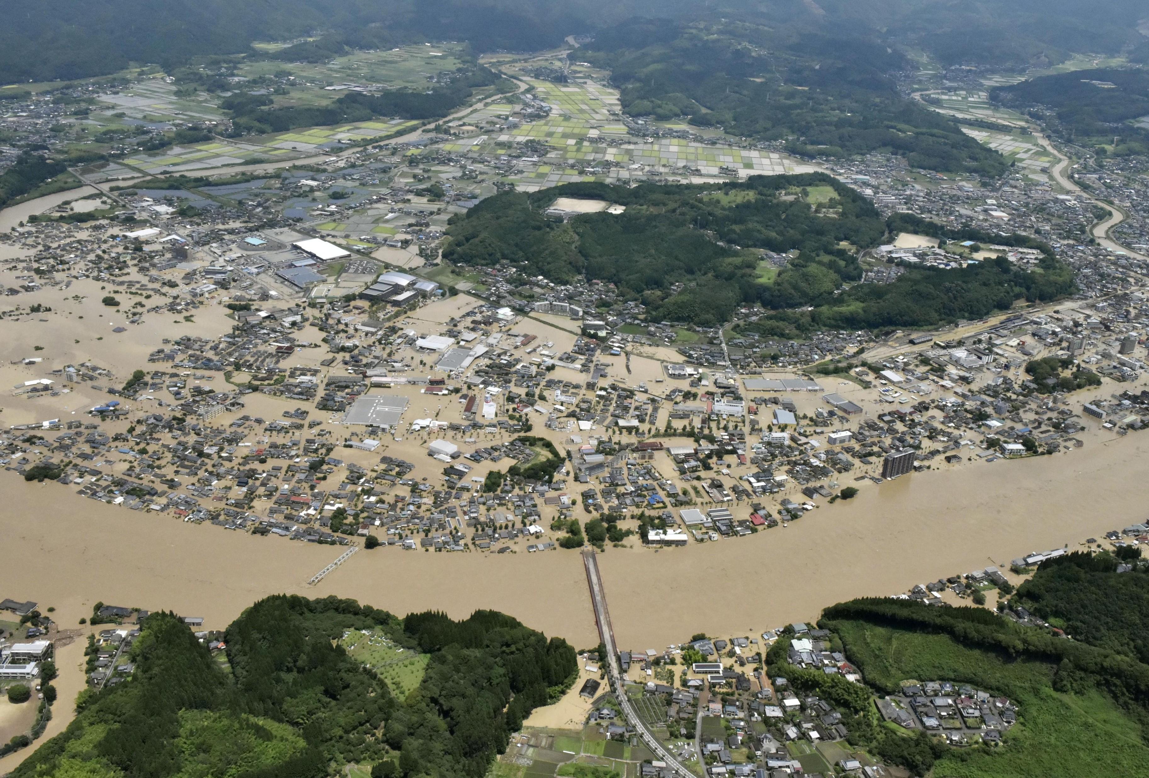 Chuvas torrenciais levam Japão a tirar 75 mil pessoas do oeste do país