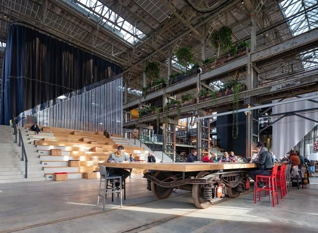 No local, os visitantes são convidados a compartilhar mesas e assentos para estudo e leitura (Foto: Ossip Architectuurfotografie/ Arch Daily/ Reprodução)