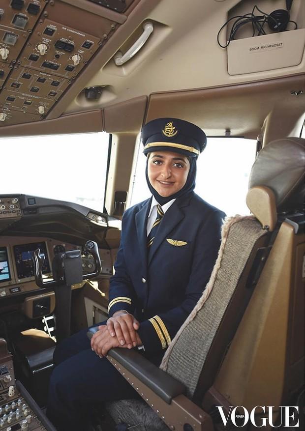 Sheikha Mozah Al Maktoum é a 1ª pilota comercial da família real de Dubai (Foto: Reprodução/Instagram: @voguearabia)