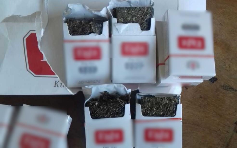 Havia 200 gramas de maconha dentro de quatro carteiras de cigarro (Foto: Pol�cia Militar/ Divulga��o)
