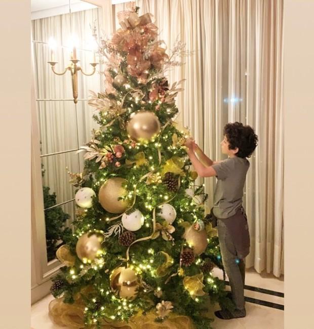 Stefano, filho de Suzana Gullo e Marcos Mion dá os retoques finais à árvore de Natal  (Foto: Reprodução/ Instagram )
