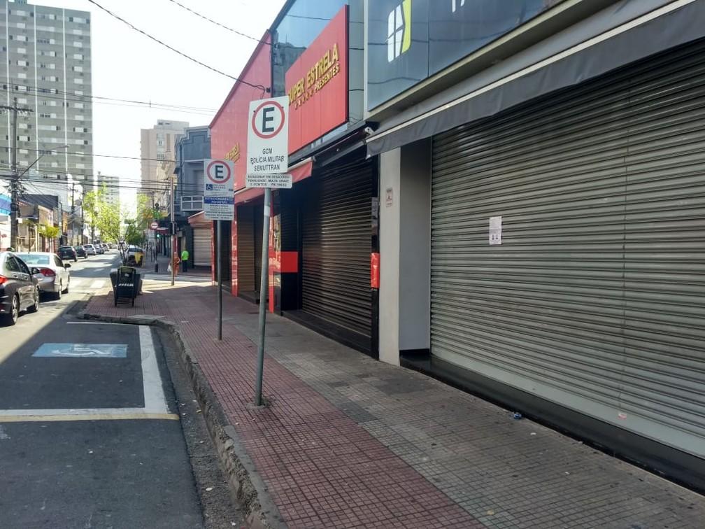 Comércios fechados na Rua Governador Pedro de Toledo, em Piracicaba, em meio à quarentena — Foto: Rodrigo Pereira/ G1