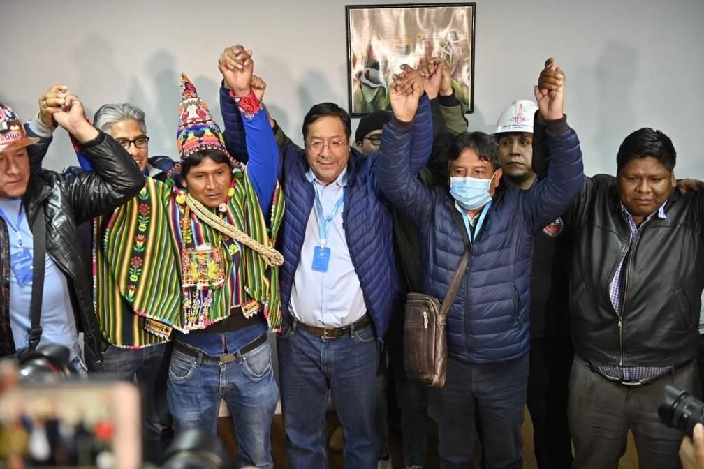 O candidato do MAS, Luis Arce (com crachá no pescoço, ao centro), comemorou o resultado ...</div></div>                                         <div class=