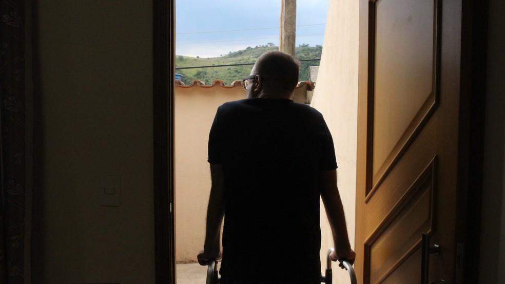 Biólogo de Sorocaba agora consegue caminhar com ajuda de andador — Foto: Carlos Dias/G1
