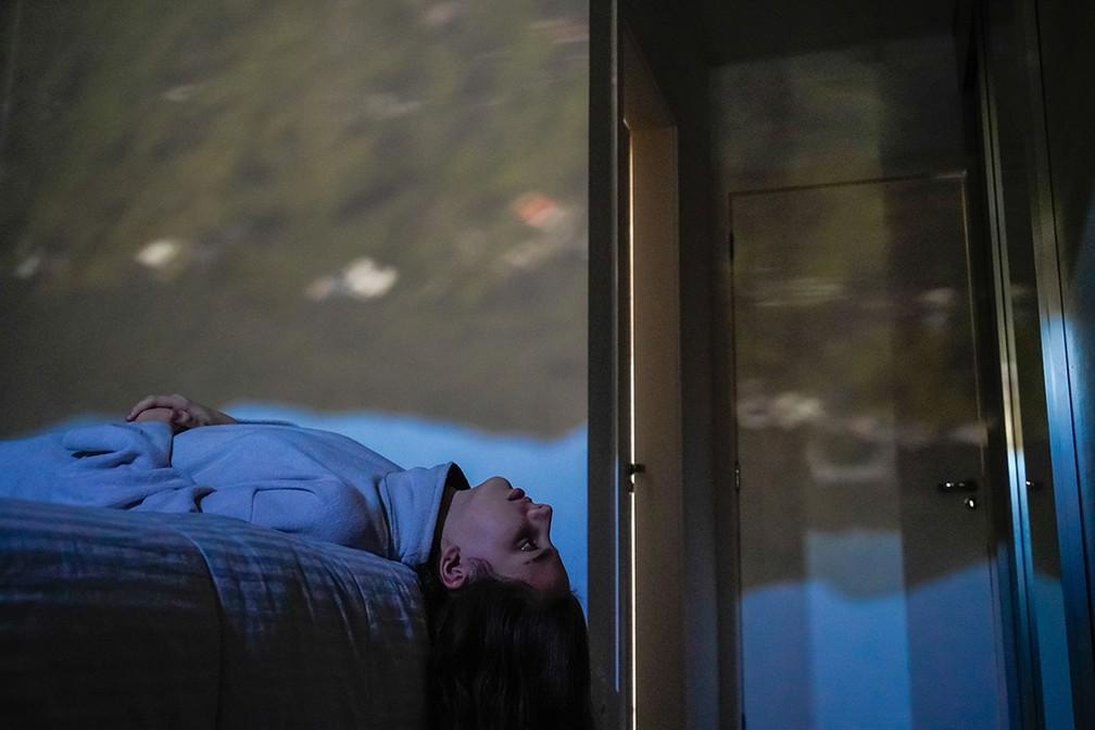 Ensaio usa princípio da 'camera obscura' para fundir vista da janela com interior de casas durante a pandemia — Foto: Ricardo Wolffenbutel/obs-cu-ra Pandemic Portraits