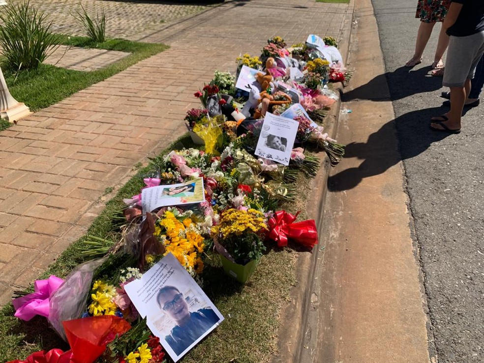 Amigos e familiares deixaram flores e homenagens em calçada de casa onde adolescente foi morta por tiro acidental em Cuiabá — Foto: Arquivo pessoal