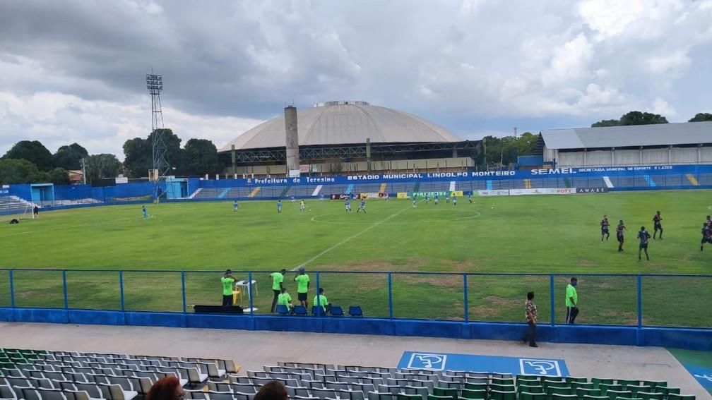 Estádio Lindolfo Monteiro — Foto: Stephanie Pacheco