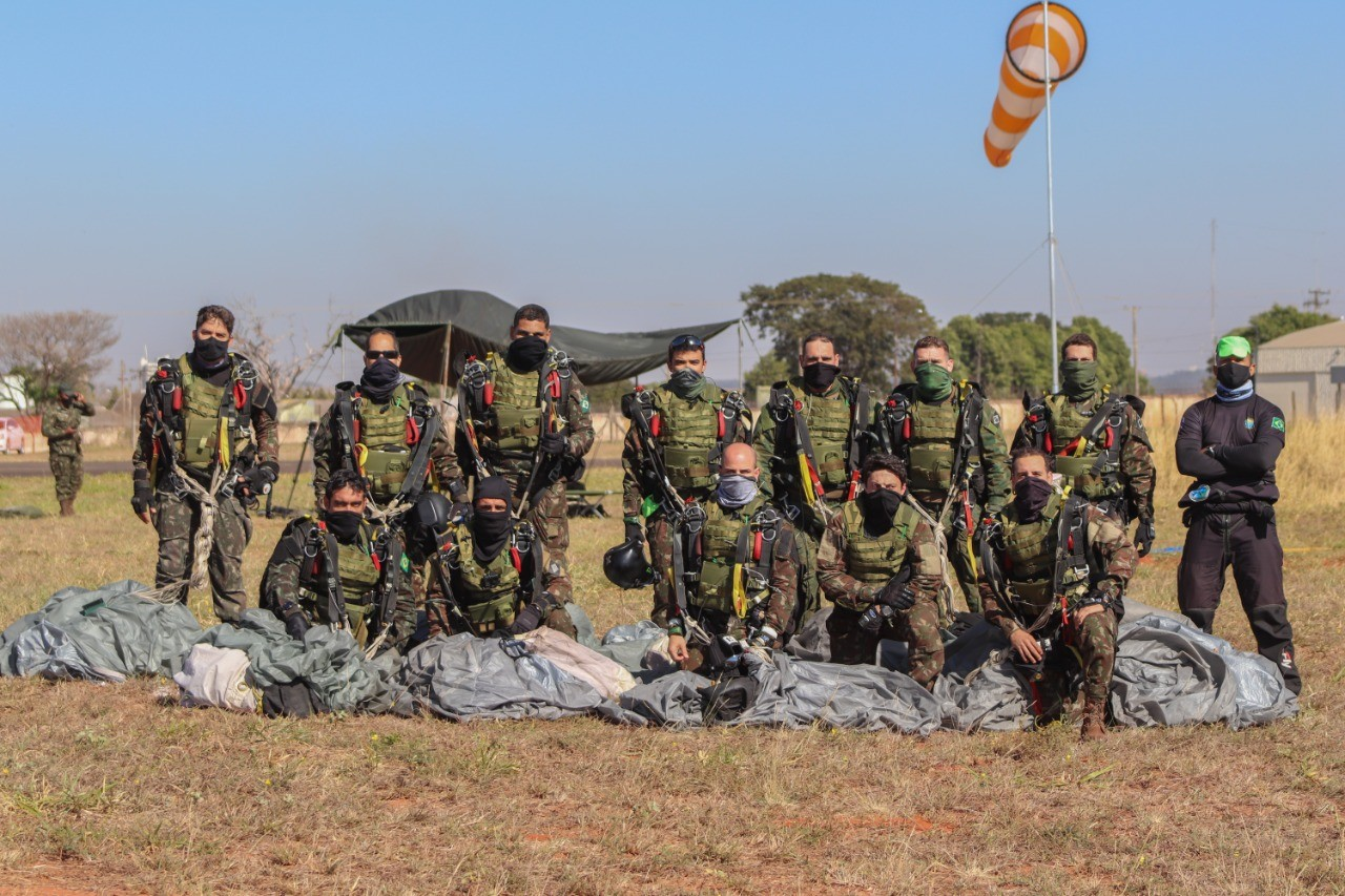 Militares do Exército recebem treinamento de paraquedismo em Lins