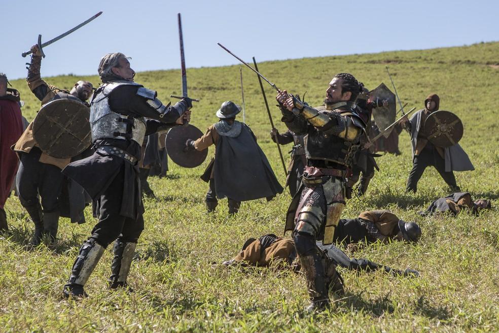 Otávio ataca Afonso na guerra!  (Foto: Artur Meninea/Gshow)
