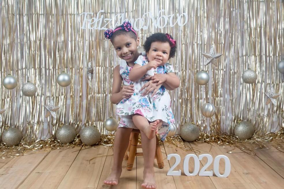 Irmãs são geneticamente iguais, conforme relata a mãe — Foto: Divulgação/Tania Ramalho