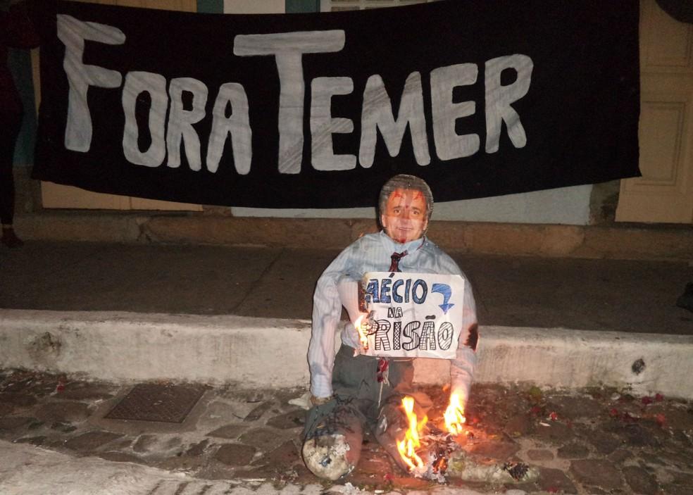 Manifestantes queimaram boneco de Aécio Neves em São João del Rei (Foto: Luciano Nascimento/Arquivo Pessoal)